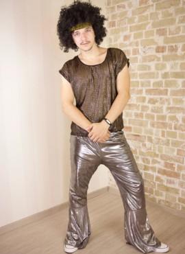 Мужской костюм в стиле дико 80х с серебряными штанами клеш и золотой футболкой