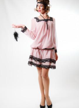 Легкое нежно-розовое платье из шифона обрамленного черным кружевом