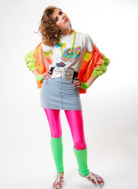 Яркий образ , костюм в стиле 80х — 90х — Девушка в лосинах , мини юбке и яркой неоновой олимпийке