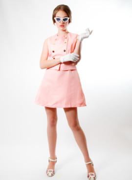 Костюм , платье в стиле 70х годов розовое с золотыми пуговицами