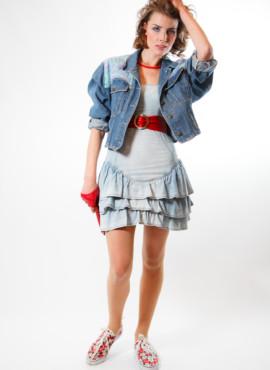 Костюм в стиле 90х — Девушка в джинсовом платье с жакетом овесайз