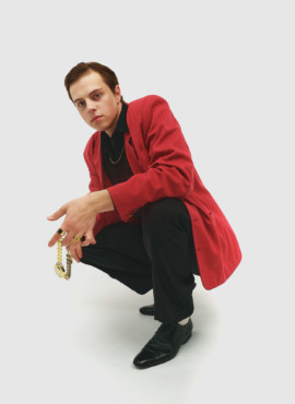 Костюм в стиле 90х годов с малиновым пиджаком / Новый русский