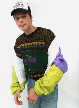 Костюм модника из 90х в свитере Бойз  и кепке USA
