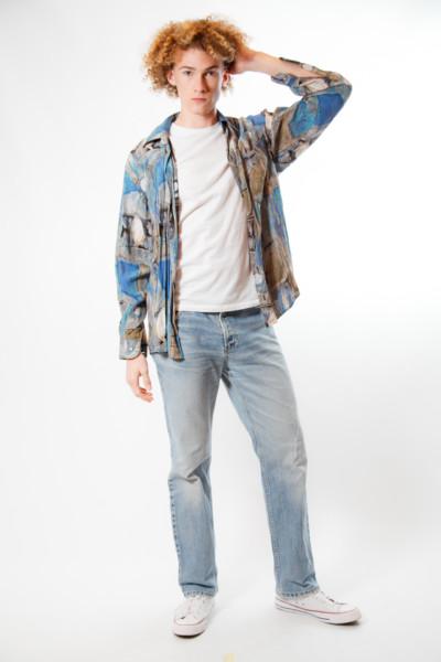 Костюм в стиле 90х годов — парень в рубашке из 90х