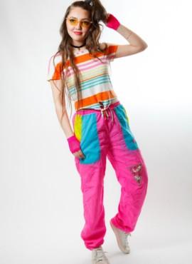 Костюм в стиле 90х с ярко розовоыми спортивными штанами и топом — Реп суб культура 90-х