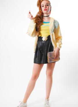 Костюм, образ, наряд в стиле 90х — Модница из 90-х в желтой олимпийке и кожаной мини юбке