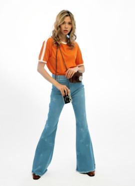 Образ 70х голубыми джинсами клеш